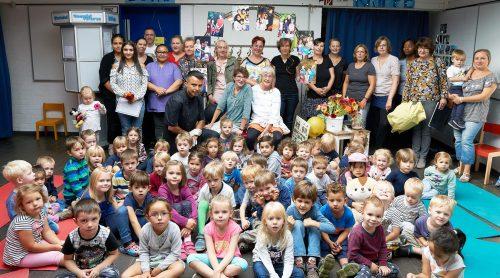 Kinder und Kollegen verabschieden sich singend