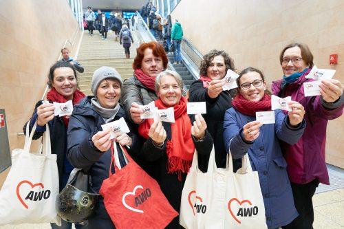 "AWO verteilt ""Mut-Kekse"" am Hauptbahnhof"