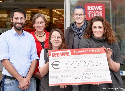 REWE-Mitarbeitende spenden 600 Euro an das AWO Frauenhaus