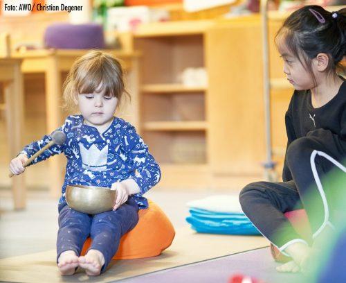 Kita-Kinder machen Yoga