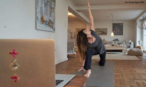 Yoga mit Baby bei der AWO Familienbildung jetzt online
