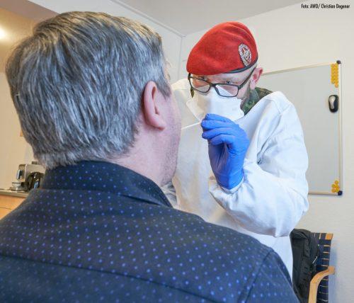 Corona: Bundeswehrsoldat testet in der AWO Residenz Sehnde