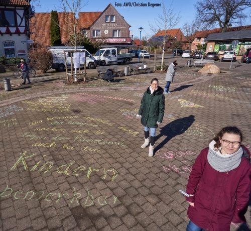 Zitate von überlasteten Frauen auf den Boden gemalt