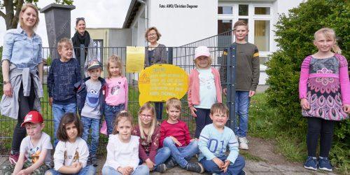 Kinder bringen Schilder mit ihren Rechten an