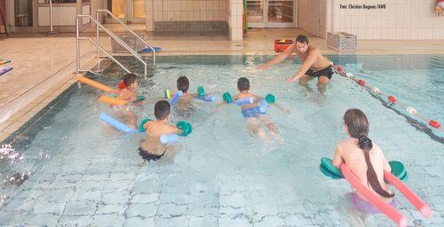 Roma-Kinder lernen schwimmen